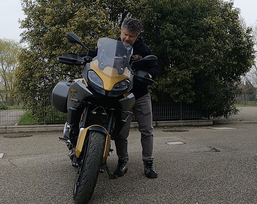 PER LE MANOVRE DA FERMO APPOGGIAMO LA MOTO SUL FIANCO